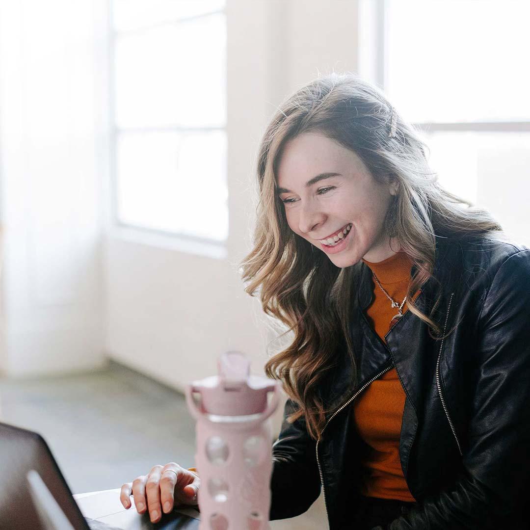 girl_looking_at_laptop