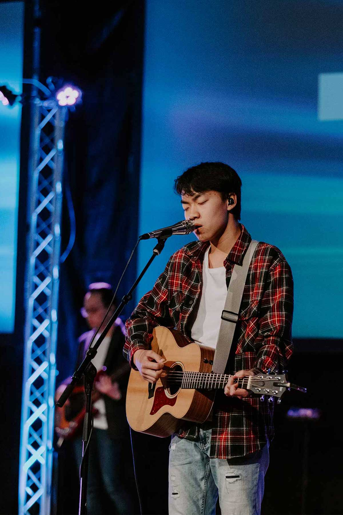 student leading worship in chapel in worship ministry degree