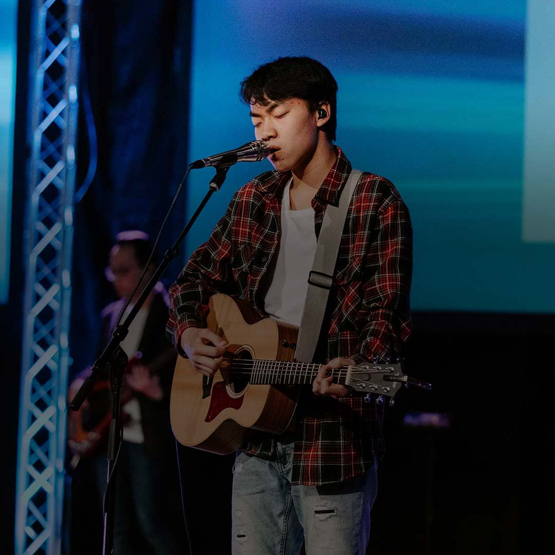 student singing worship christian colleges in minnesota